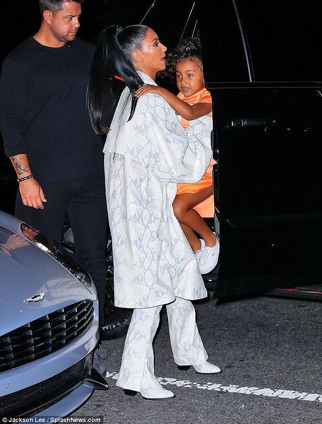 Kim Kardashian diện set đồ hồng sành điệu, vui vẻ dẫn các con đi dạo phố Ảnh 10