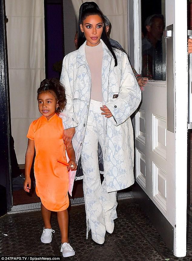 Kim Kardashian diện set đồ hồng sành điệu, vui vẻ dẫn các con đi dạo phố Ảnh 7