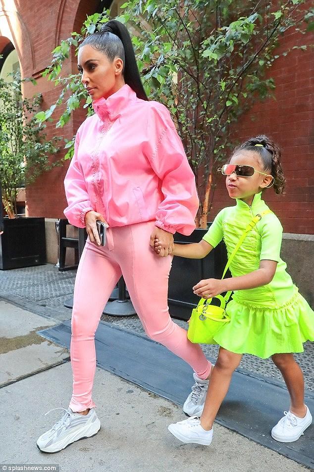 Kim Kardashian diện set đồ hồng sành điệu, vui vẻ dẫn các con đi dạo phố Ảnh 4