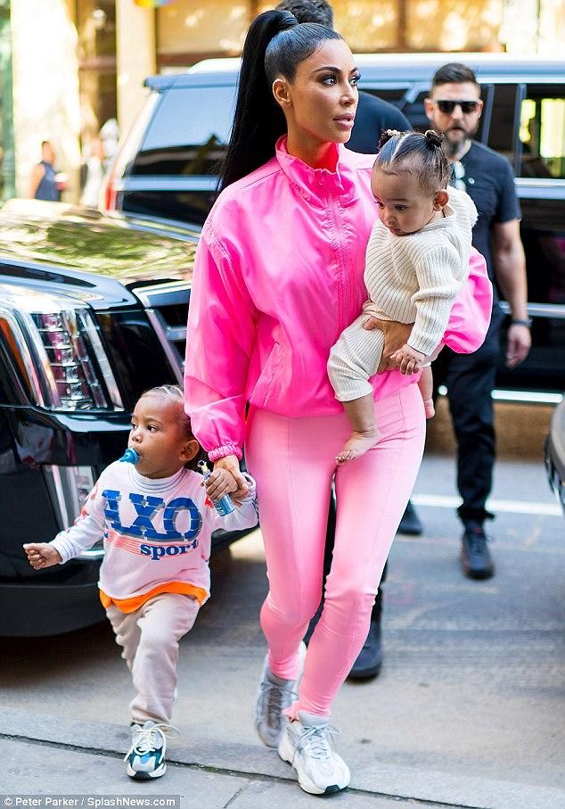Kim Kardashian diện set đồ hồng sành điệu, vui vẻ dẫn các con đi dạo phố Ảnh 1