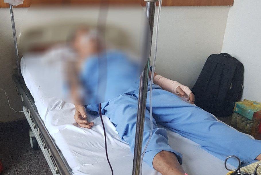 Kẻ lạ mặt xông vào bệnh viện chém 2 người bị thương Ảnh 1