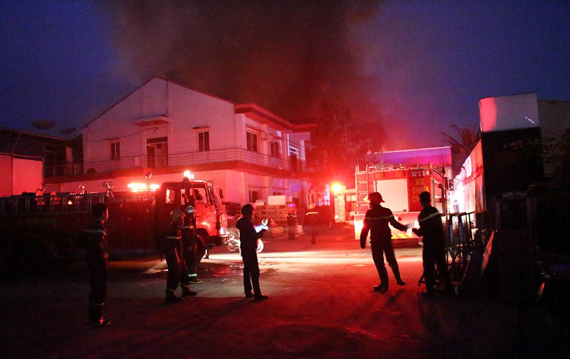 Công ty gỗ ở Bình Dương cháy dữ dội suốt nhiều giờ Ảnh 1