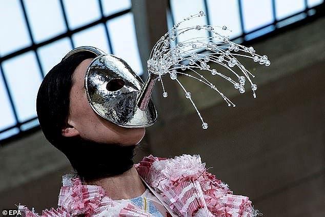 Mũ cói, giày cọc cạch, mặt nạ kỳ dị… bùng nổ sàn diễn Valentino Ảnh 11