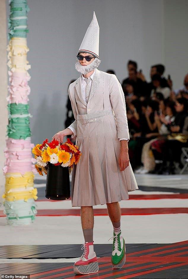 Mũ cói, giày cọc cạch, mặt nạ kỳ dị… bùng nổ sàn diễn Valentino Ảnh 12