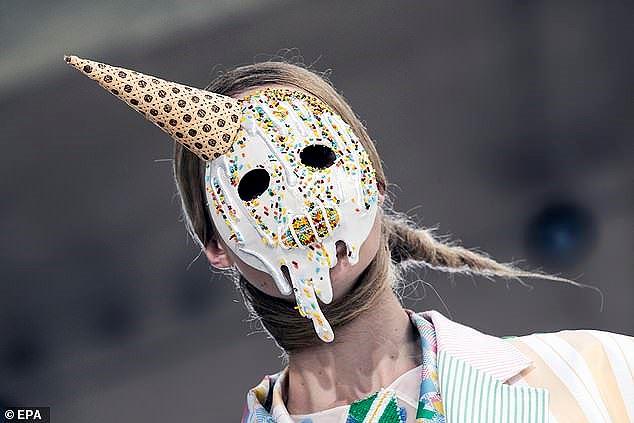Mũ cói, giày cọc cạch, mặt nạ kỳ dị… bùng nổ sàn diễn Valentino Ảnh 14