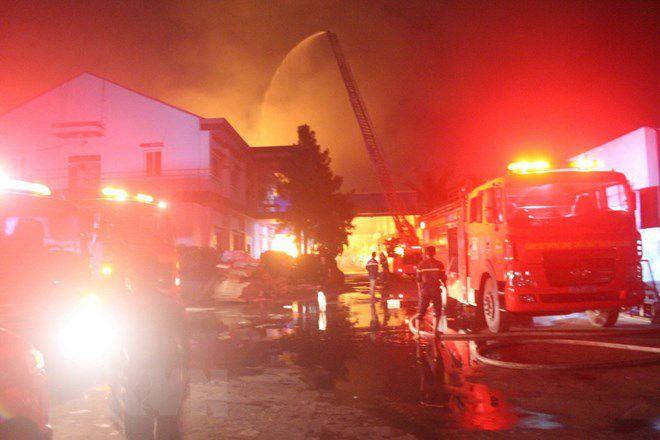 Cháy dữ dội trong nhiều giờ tại kho sơn của một công ty nội thất Ảnh 1