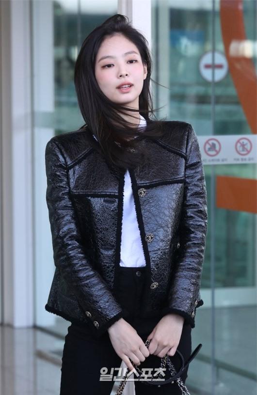 Đẳng cấp như Jennie (Black Pink) ra sân bay: Đơn giản nhưng vẫn đẹp hoàn hảo, sang chảnh như dự sự kiện Ảnh 7
