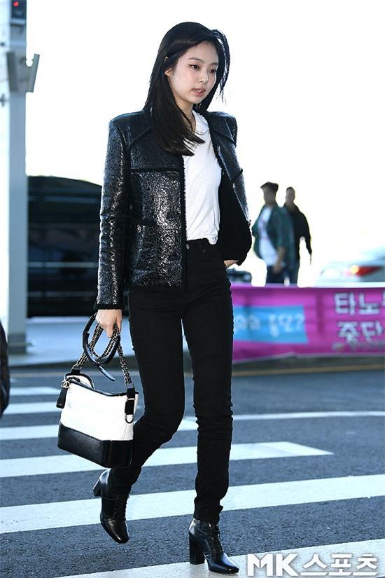 Đẳng cấp như Jennie (Black Pink) ra sân bay: Đơn giản nhưng vẫn đẹp hoàn hảo, sang chảnh như dự sự kiện Ảnh 2