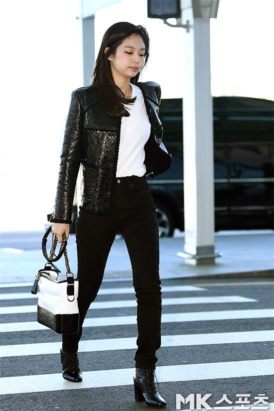 Đẳng cấp như Jennie (Black Pink) ra sân bay: Đơn giản nhưng vẫn đẹp hoàn hảo, sang chảnh như dự sự kiện Ảnh 1