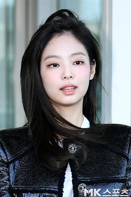 Đẳng cấp như Jennie (Black Pink) ra sân bay: Đơn giản nhưng vẫn đẹp hoàn hảo, sang chảnh như dự sự kiện Ảnh 10