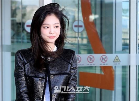 Đẳng cấp như Jennie (Black Pink) ra sân bay: Đơn giản nhưng vẫn đẹp hoàn hảo, sang chảnh như dự sự kiện Ảnh 11