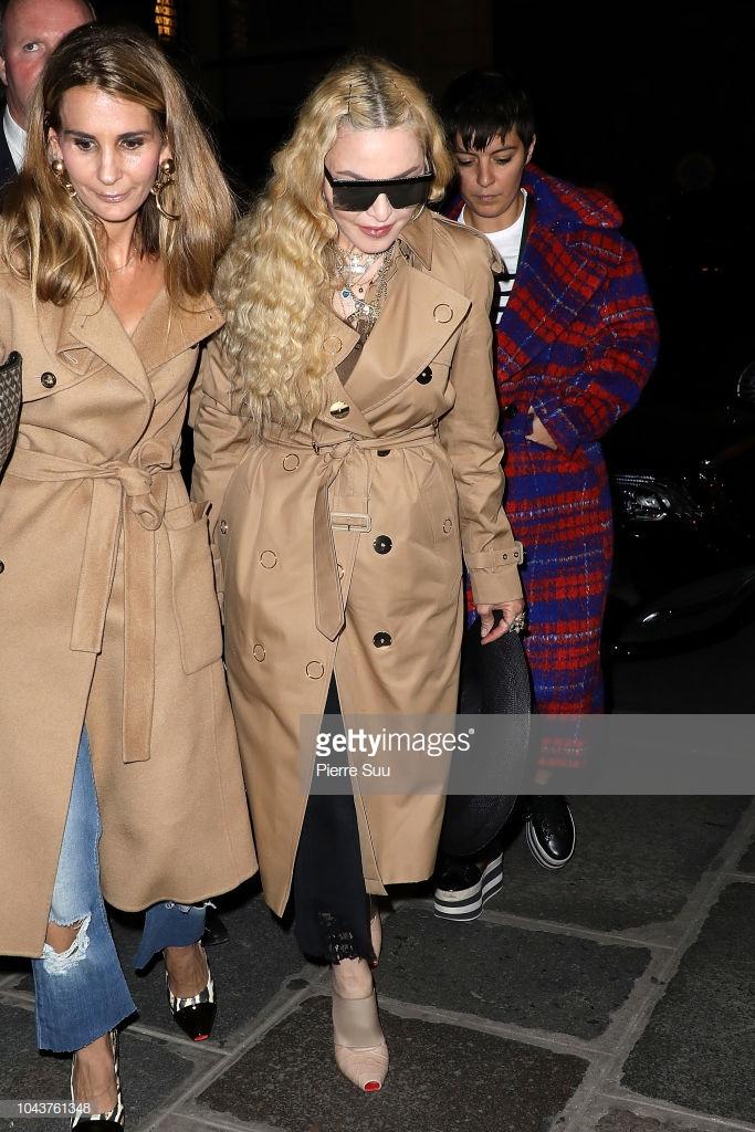 Paris Fashion Week: Madonna sang trọng ở tuổi 60 - Vương Nguyên lịch lãm bên Jung Ryeo Won và Lâm Y Thần Ảnh 19