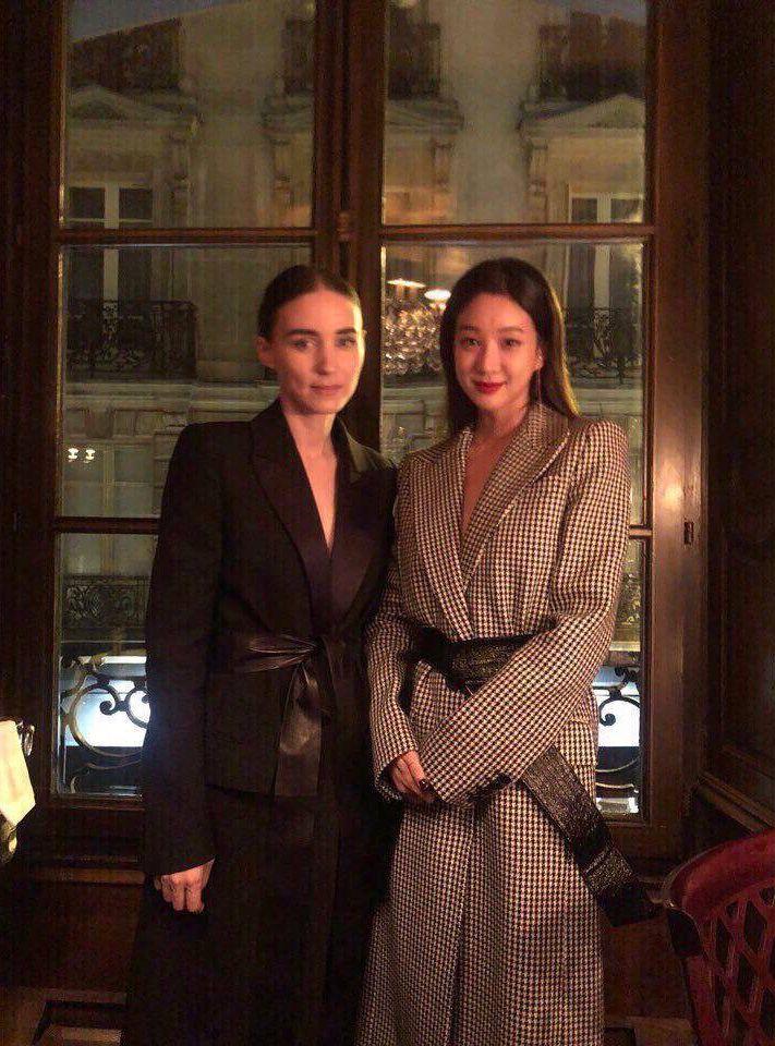Paris Fashion Week: Madonna sang trọng ở tuổi 60 - Vương Nguyên lịch lãm bên Jung Ryeo Won và Lâm Y Thần Ảnh 5