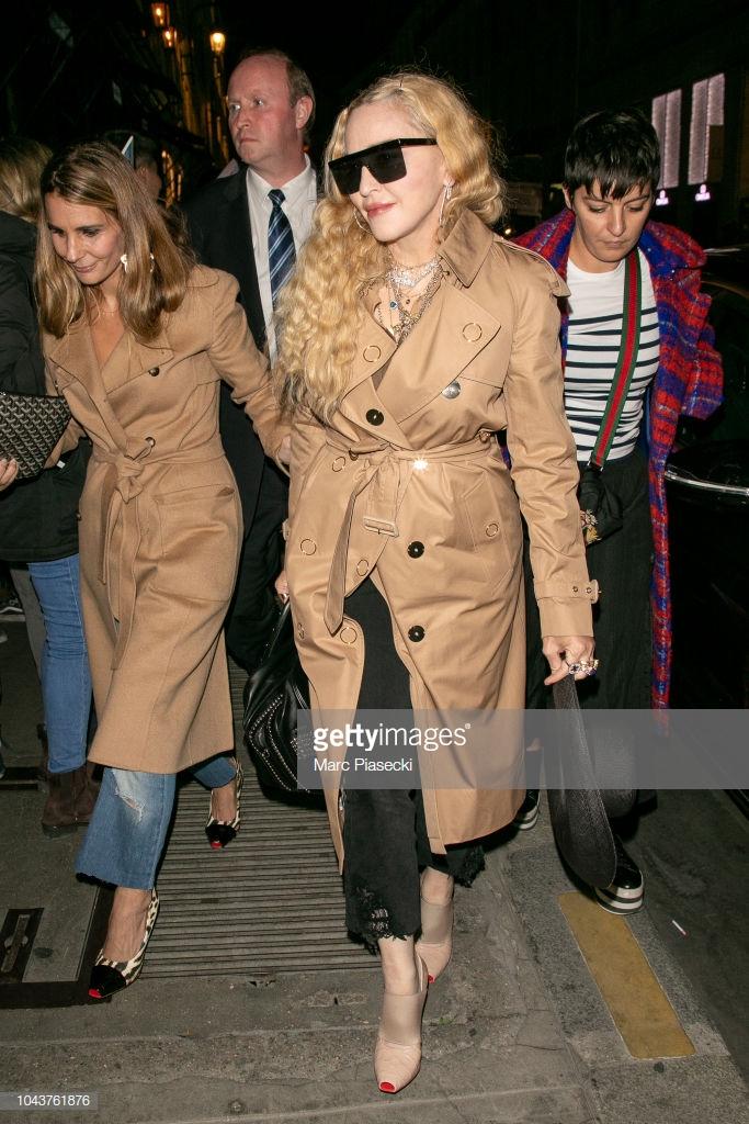 Paris Fashion Week: Madonna sang trọng ở tuổi 60 - Vương Nguyên lịch lãm bên Jung Ryeo Won và Lâm Y Thần Ảnh 17