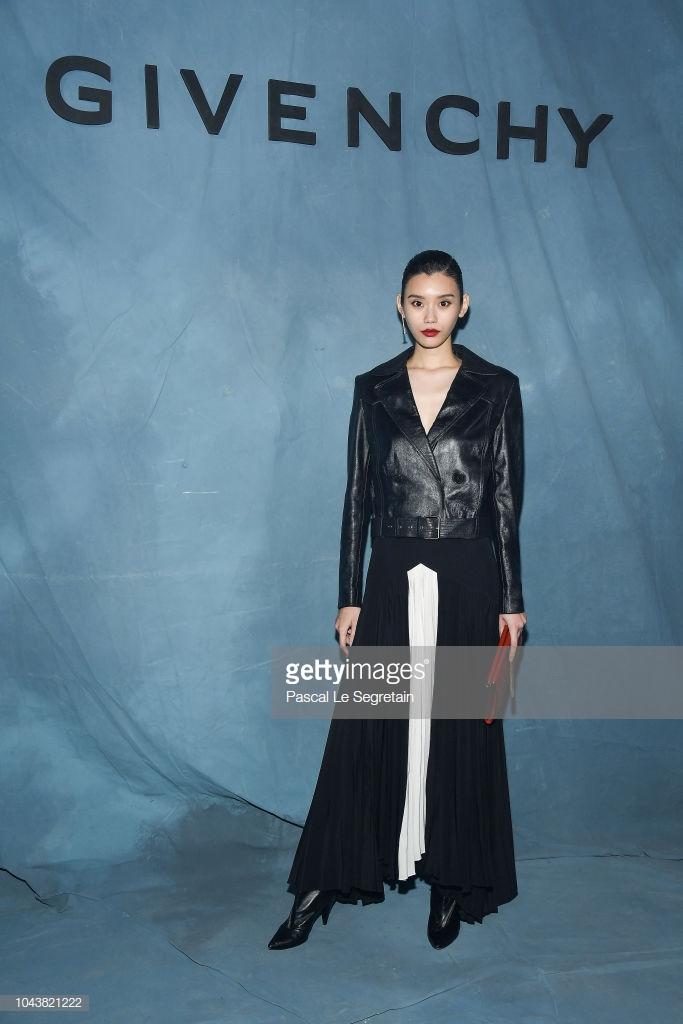 Paris Fashion Week: Madonna sang trọng ở tuổi 60 - Vương Nguyên lịch lãm bên Jung Ryeo Won và Lâm Y Thần Ảnh 27