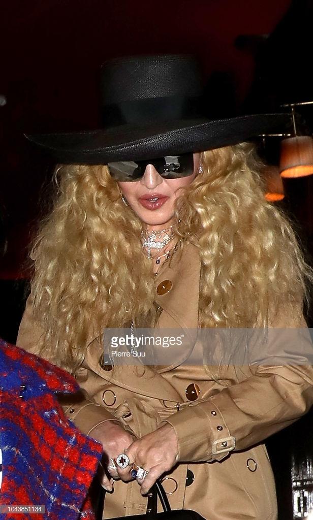 Paris Fashion Week: Madonna sang trọng ở tuổi 60 - Vương Nguyên lịch lãm bên Jung Ryeo Won và Lâm Y Thần Ảnh 18