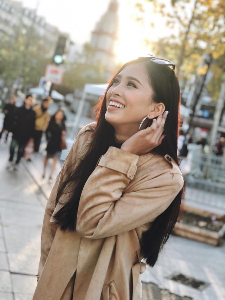 Hoa hậu Tiểu Vy khoe hình ảnh rạng rỡ, trẻ trung trên đất Pháp Ảnh 5
