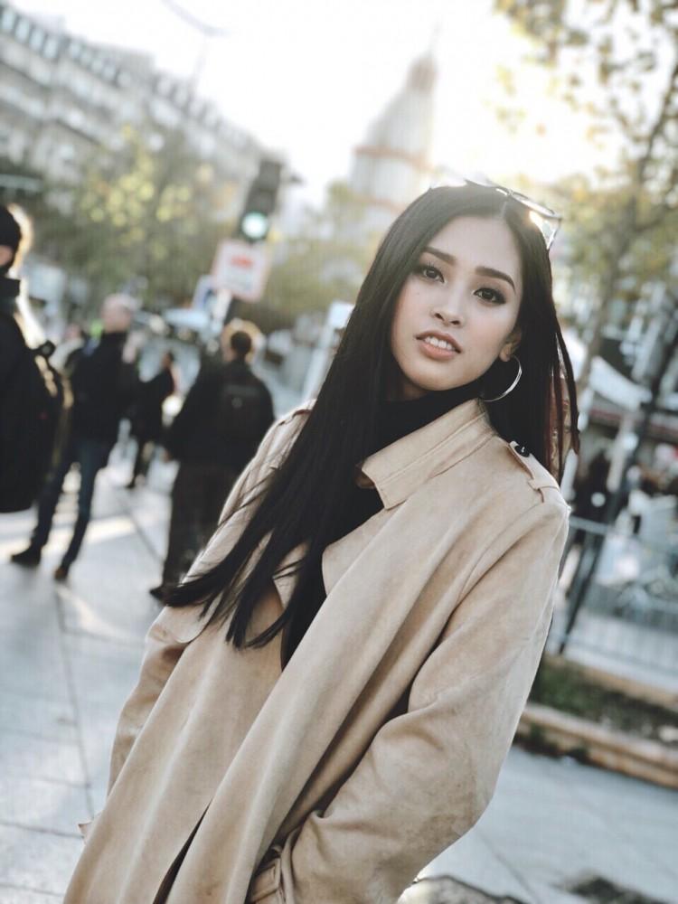 Hoa hậu Tiểu Vy khoe hình ảnh rạng rỡ, trẻ trung trên đất Pháp Ảnh 4