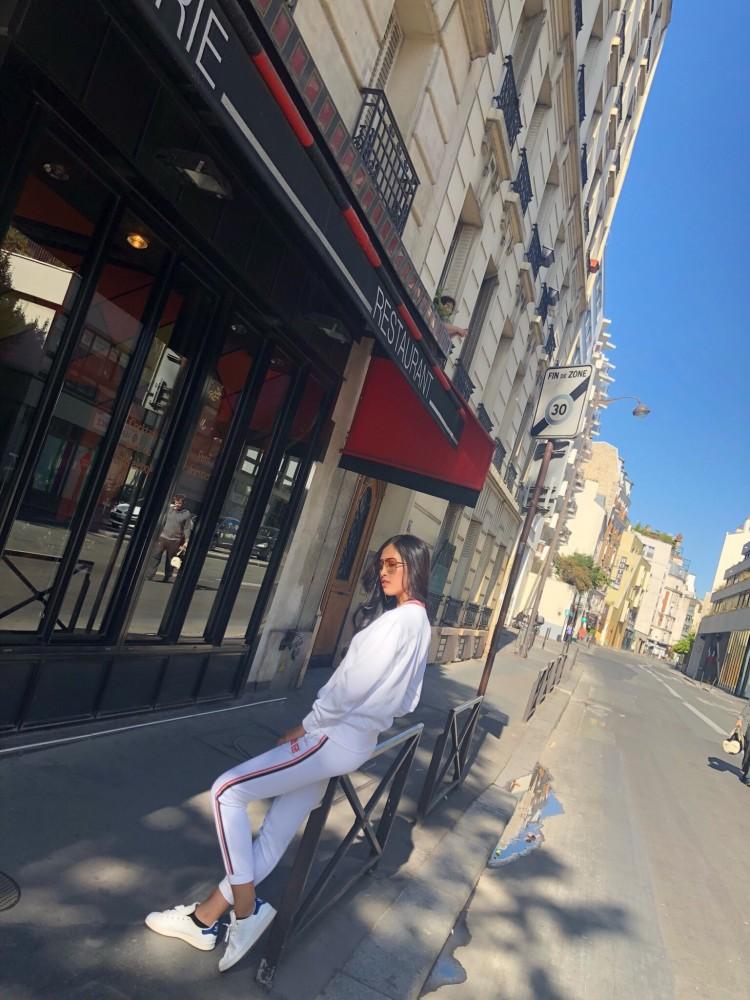 Hoa hậu Tiểu Vy khoe hình ảnh rạng rỡ, trẻ trung trên đất Pháp Ảnh 1