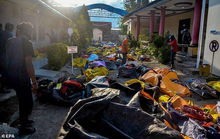 Cô gái 15 tuổi sống sót bên thi thể người mẹ sau sóng thần ở Indonesia Ảnh 3