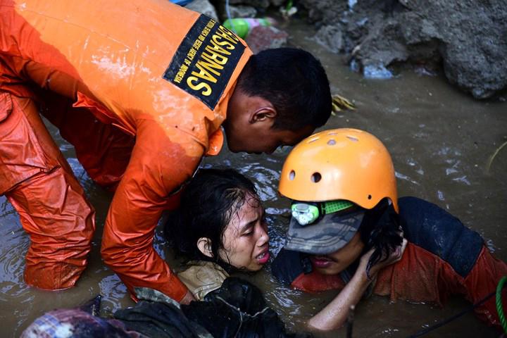 Cô gái 15 tuổi sống sót bên thi thể người mẹ sau sóng thần ở Indonesia Ảnh 1