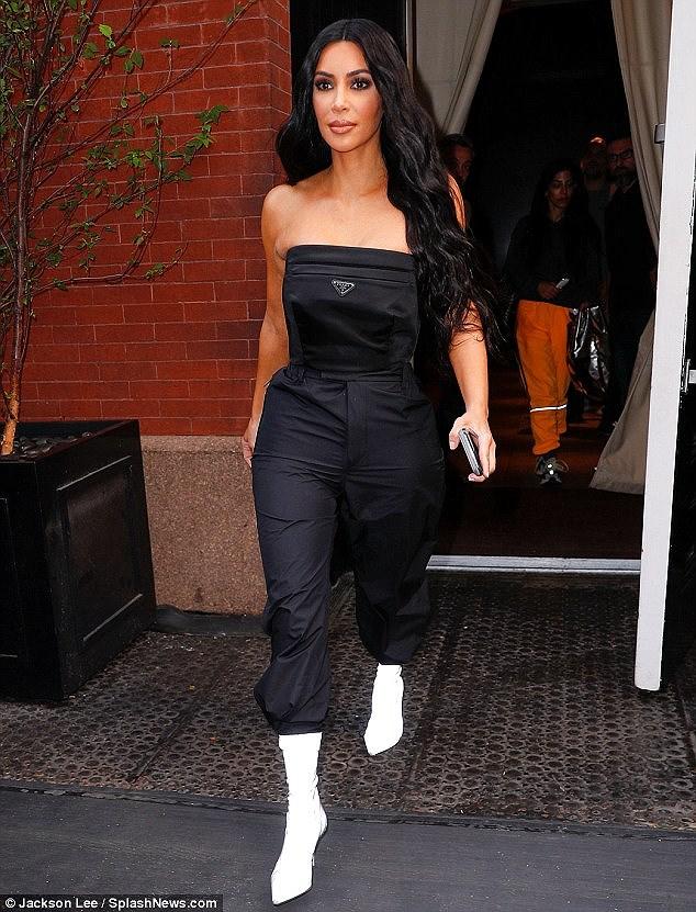 Kim Kardashian quyến rũ xuống phố với jumpsuit cúp ngực gợi cảm Ảnh 3
