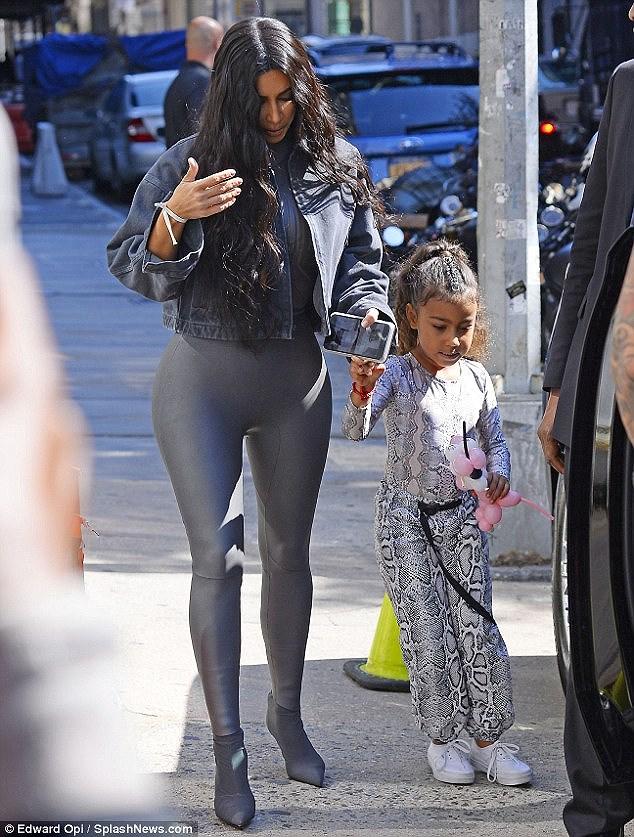Kim Kardashian quyến rũ xuống phố với jumpsuit cúp ngực gợi cảm Ảnh 7