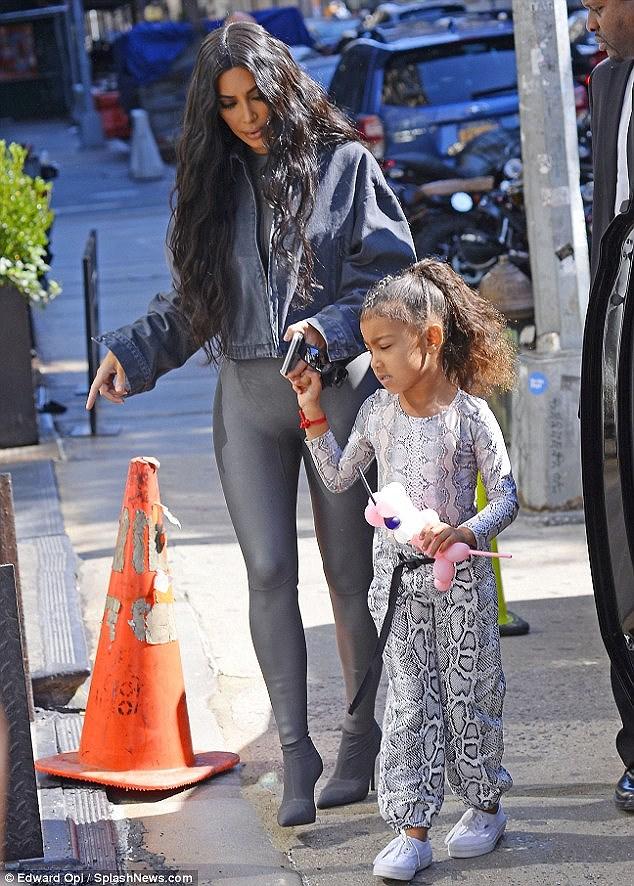 Kim Kardashian quyến rũ xuống phố với jumpsuit cúp ngực gợi cảm Ảnh 6