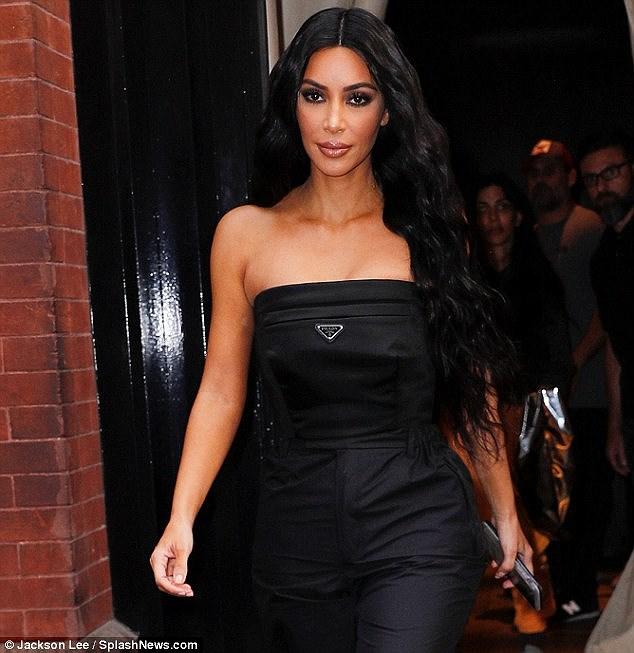 Kim Kardashian quyến rũ xuống phố với jumpsuit cúp ngực gợi cảm Ảnh 1