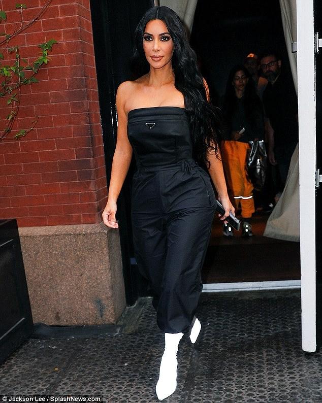 Kim Kardashian quyến rũ xuống phố với jumpsuit cúp ngực gợi cảm Ảnh 5