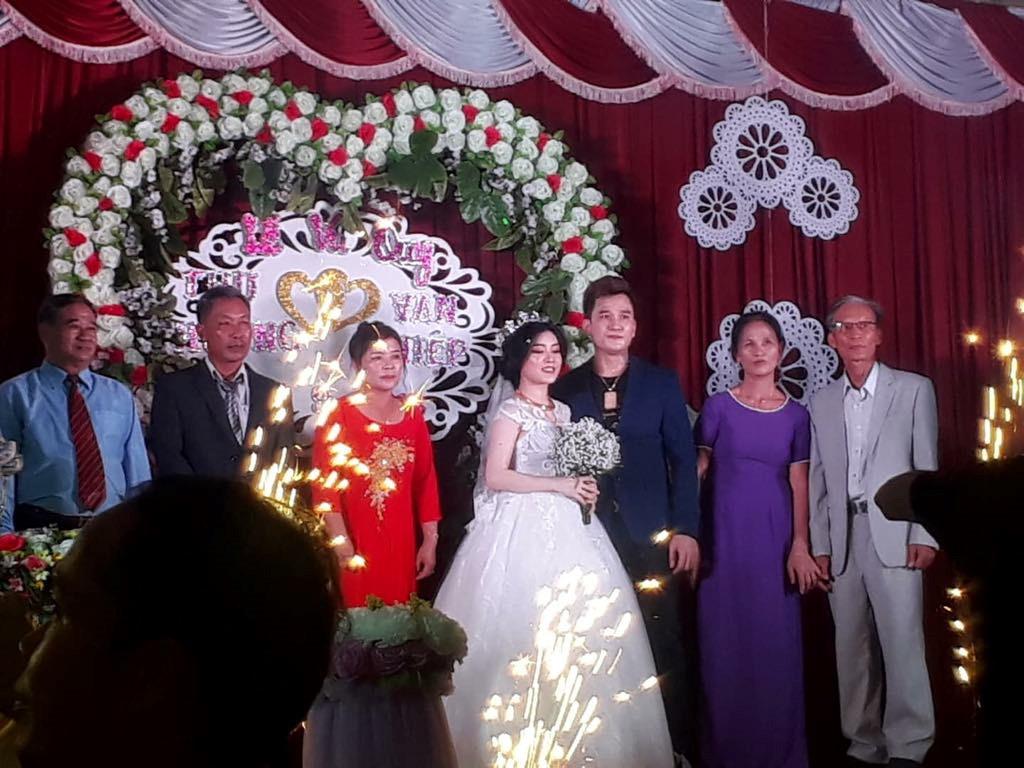 Lễ cưới ở quê của 'ca sĩ hội chợ' Lâm Chấn Huy và cô dâu 9X Ảnh 1