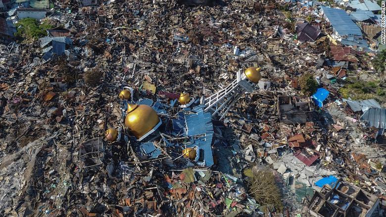 Mặt đất hóa lỏng sau thảm họa kép, dân Indonesia hoảng loạn tháo chạy Ảnh 2
