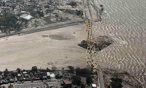 Mặt đất hóa lỏng sau thảm họa kép, dân Indonesia hoảng loạn tháo chạy Ảnh 1