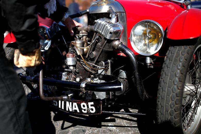 Các loại ô tô cổ xinh xắn diễu hành qua thủ đô Paris nước Pháp Ảnh 3