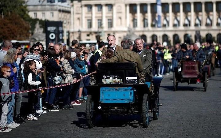 Các loại ô tô cổ xinh xắn diễu hành qua thủ đô Paris nước Pháp Ảnh 13