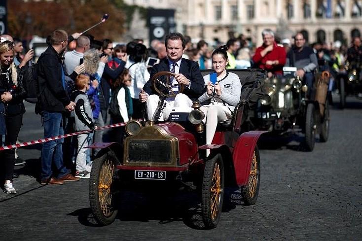 Các loại ô tô cổ xinh xắn diễu hành qua thủ đô Paris nước Pháp Ảnh 15
