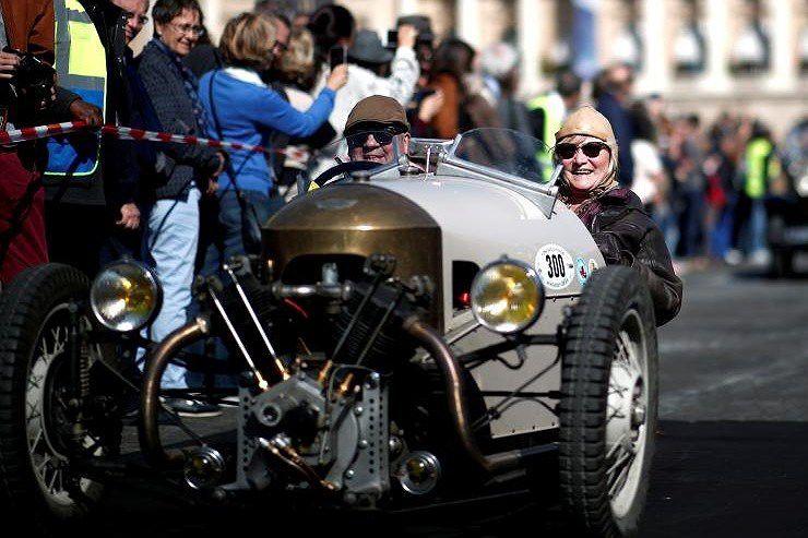 Các loại ô tô cổ xinh xắn diễu hành qua thủ đô Paris nước Pháp Ảnh 5