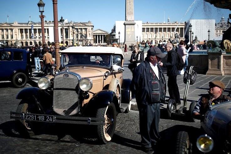 Các loại ô tô cổ xinh xắn diễu hành qua thủ đô Paris nước Pháp Ảnh 9