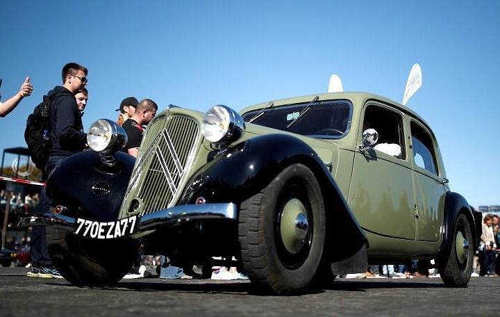 Các loại ô tô cổ xinh xắn diễu hành qua thủ đô Paris nước Pháp Ảnh 14