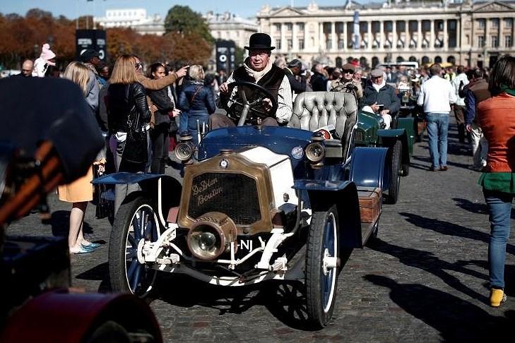 Các loại ô tô cổ xinh xắn diễu hành qua thủ đô Paris nước Pháp Ảnh 4