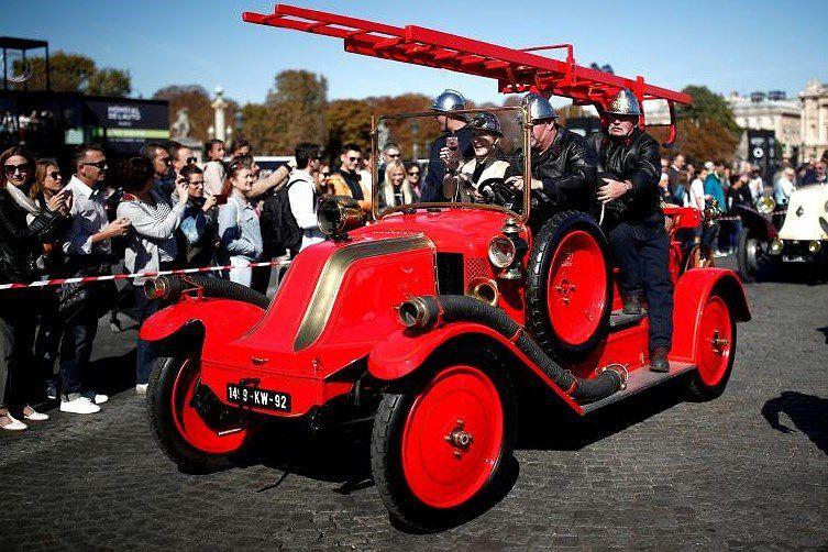 Các loại ô tô cổ xinh xắn diễu hành qua thủ đô Paris nước Pháp Ảnh 8