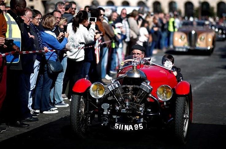 Các loại ô tô cổ xinh xắn diễu hành qua thủ đô Paris nước Pháp Ảnh 1