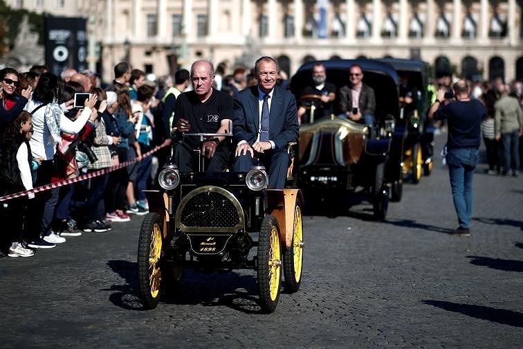 Các loại ô tô cổ xinh xắn diễu hành qua thủ đô Paris nước Pháp Ảnh 10