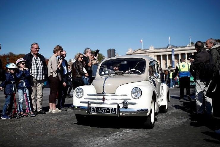 Các loại ô tô cổ xinh xắn diễu hành qua thủ đô Paris nước Pháp Ảnh 11