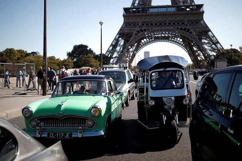 Các loại ô tô cổ xinh xắn diễu hành qua thủ đô Paris nước Pháp Ảnh 16