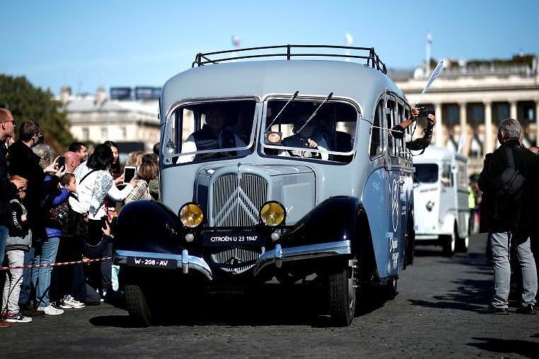 Các loại ô tô cổ xinh xắn diễu hành qua thủ đô Paris nước Pháp Ảnh 12