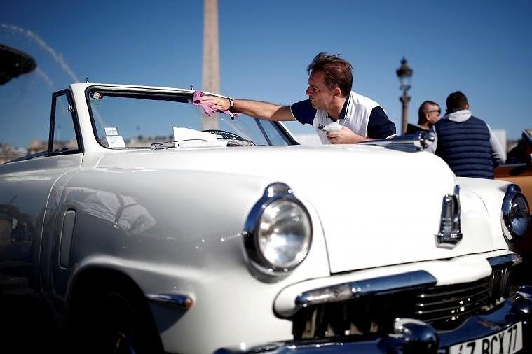 Các loại ô tô cổ xinh xắn diễu hành qua thủ đô Paris nước Pháp Ảnh 2