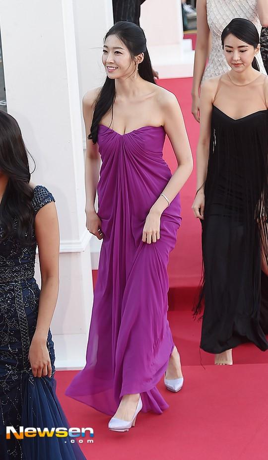 Tân Hoa hậu Hàn Quốc mặc xấu trên thảm đỏ gây tranh cãi Ảnh 4