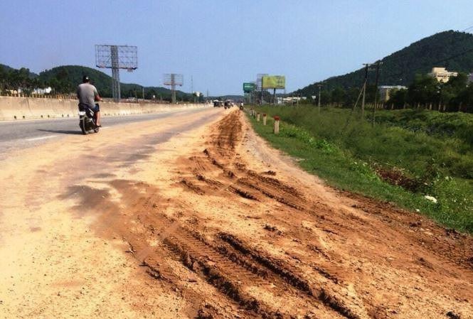 Đóng lối vào công trường, xử lý xe rải bùn đất ra QL1A tại Nghệ An Ảnh 1