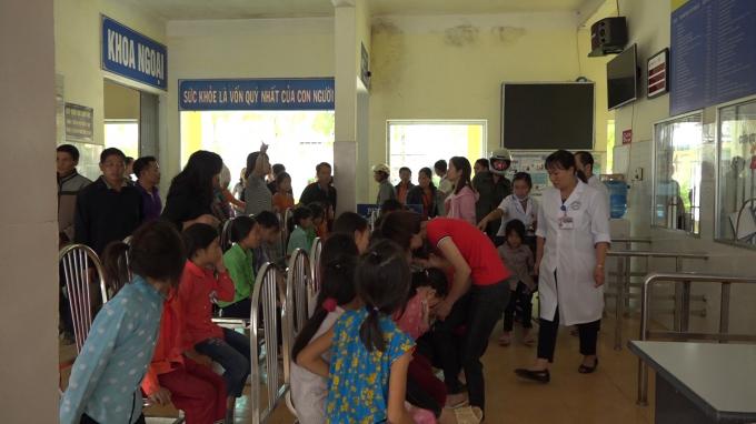 150 học sinh Tiểu học ở Hà Giang phải nhập viện nghi bị ngộ độc do ăn xôi Ảnh 1